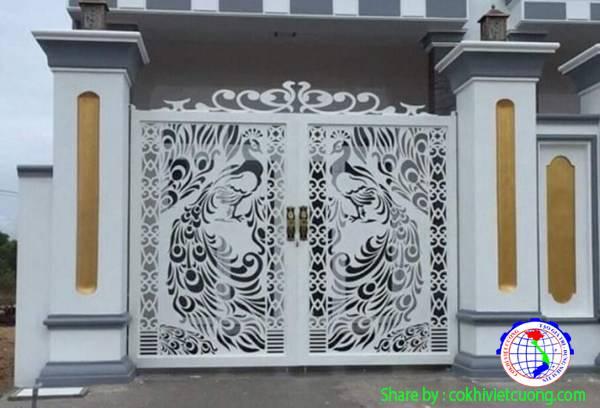 Mẫu cửa cổng sắt mỹ thuật 2 cánh họa tiết chim công màu trắng