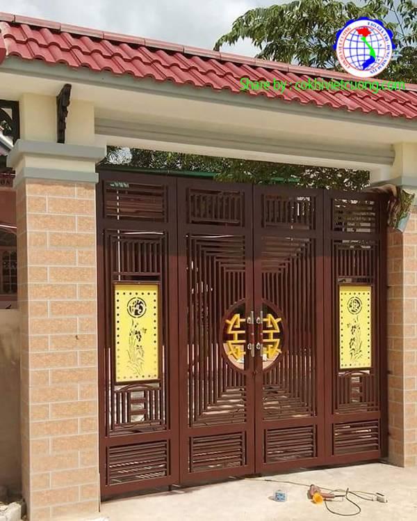 Mẫu cửa sắt nghệ thuật 4 cánh chữ phúc lộc màu gỗ