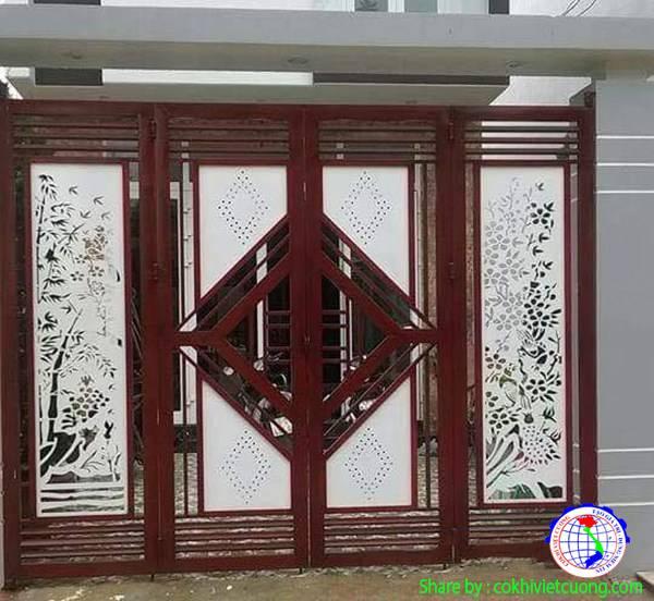 Mẫu cửa cổng sắt đẹp họa tiết trúc mai màu trắng kết hợp khung sơn màu gỗ