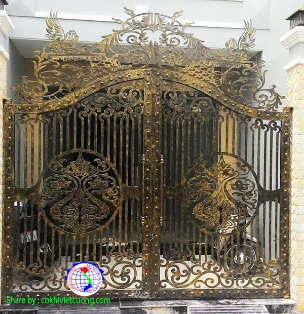 Mẫu cửa sắt mỹ thuật với họa tiết sư tử có cánh đẹp mắt