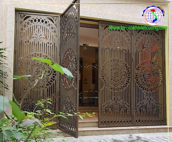 Cửa cổng sắt 4 cánh nghệ thuật họa tiết hoa sen màu đồng đen