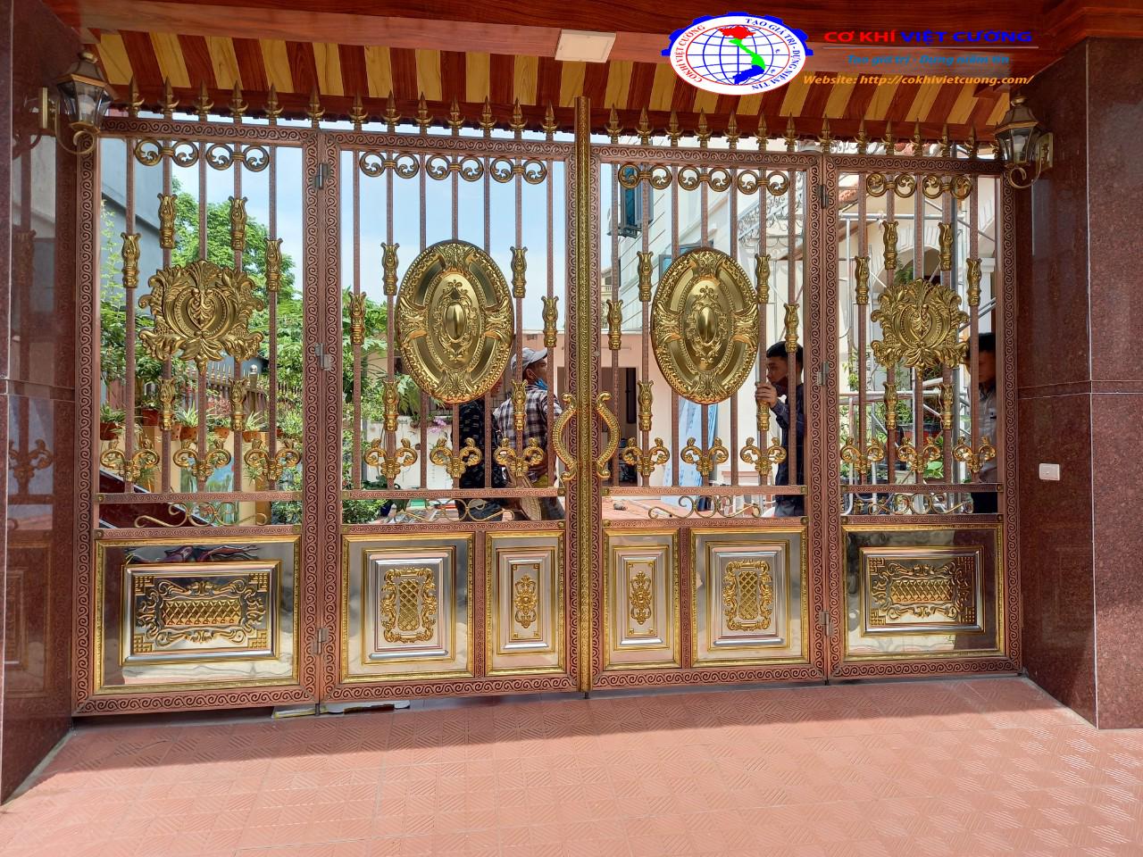 Mẫu cửa cổng nox mạ vàng họa tiết cổ điển