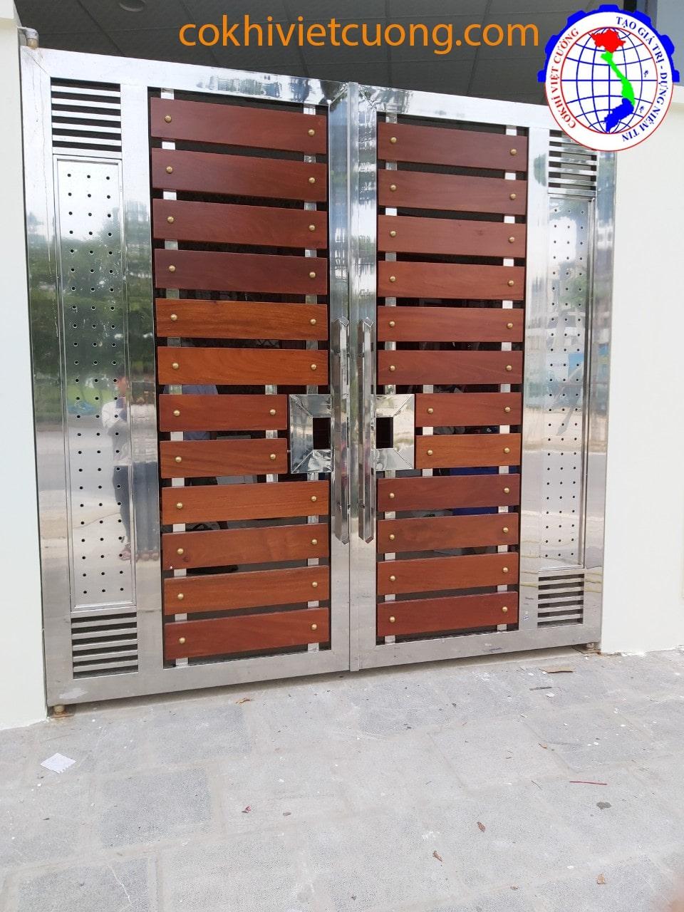 Cửa cổng inox với họa tiết phối gỗ