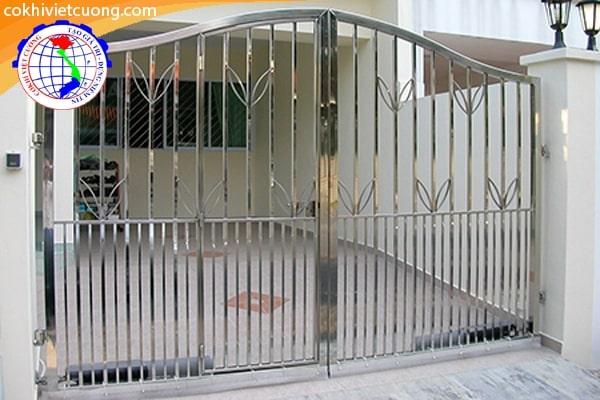 Mẫu cửa cổng inox trắng với hoa văn hình chiếc lá đẹp mắt