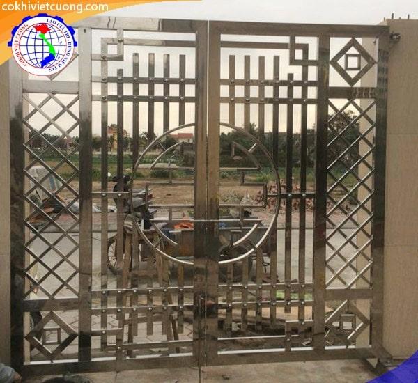 Cửa cổng inox với họa tiết hạnh phúc