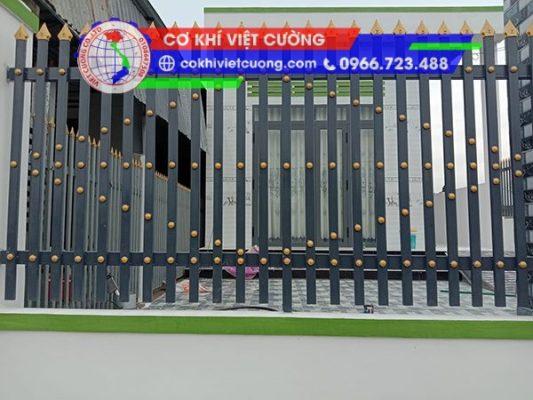 hàng rào sắt hộp sơn tĩnh điện màu đen mũi nhọn màu vàng sang trọng sắt hộp 20 x 40 x 1.4 mm kết hợp phụ kiện núm tròn trang trí hình thoi đẹp