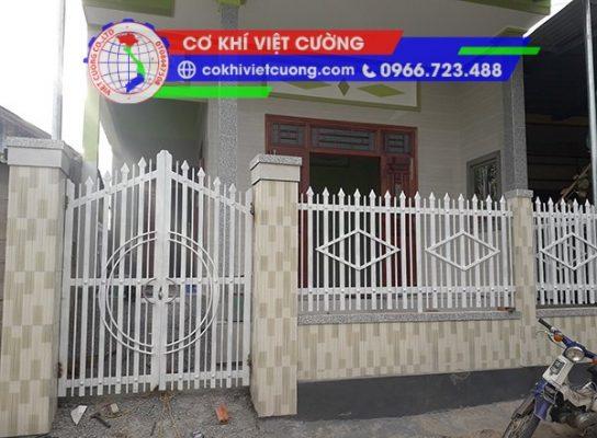 hàng rào sắt hộp sơn tĩnh điện màu trắng đan con rô sắt hộp 20 x 40 x 1.4 mm kết hợp hộp 14 x1 4 x 1.4 mm