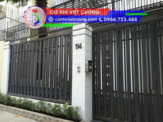 hàng rào sắt hộp sơn tĩnh điện màu đen sắt hộp 20 x 40 x 1.4 mm kết hợp phụ kiện núm tròn trang trí đẹp