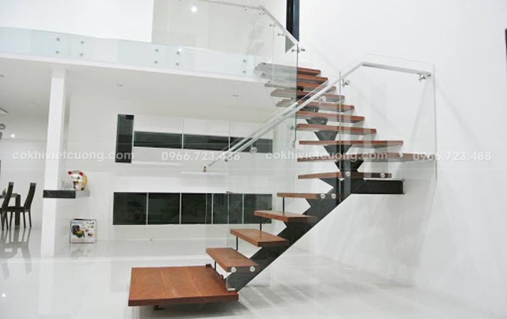Thiết kế cầu thang xương cá kết hợp lan can kính phù hợp không gian hiện đại