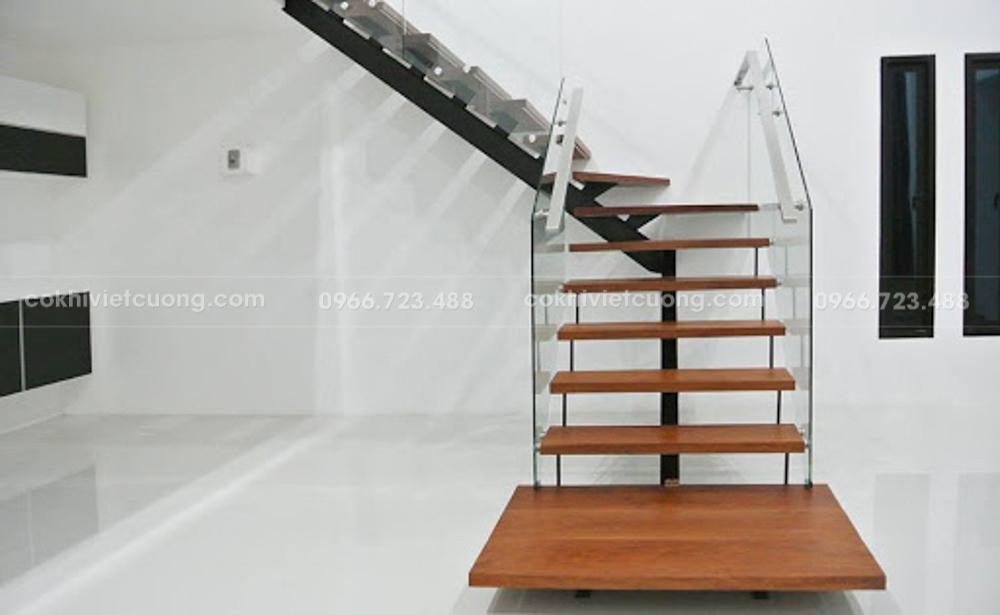 Thiết kế cầu thang xương cá kết hợp lan can kính đẹp ấn tượng